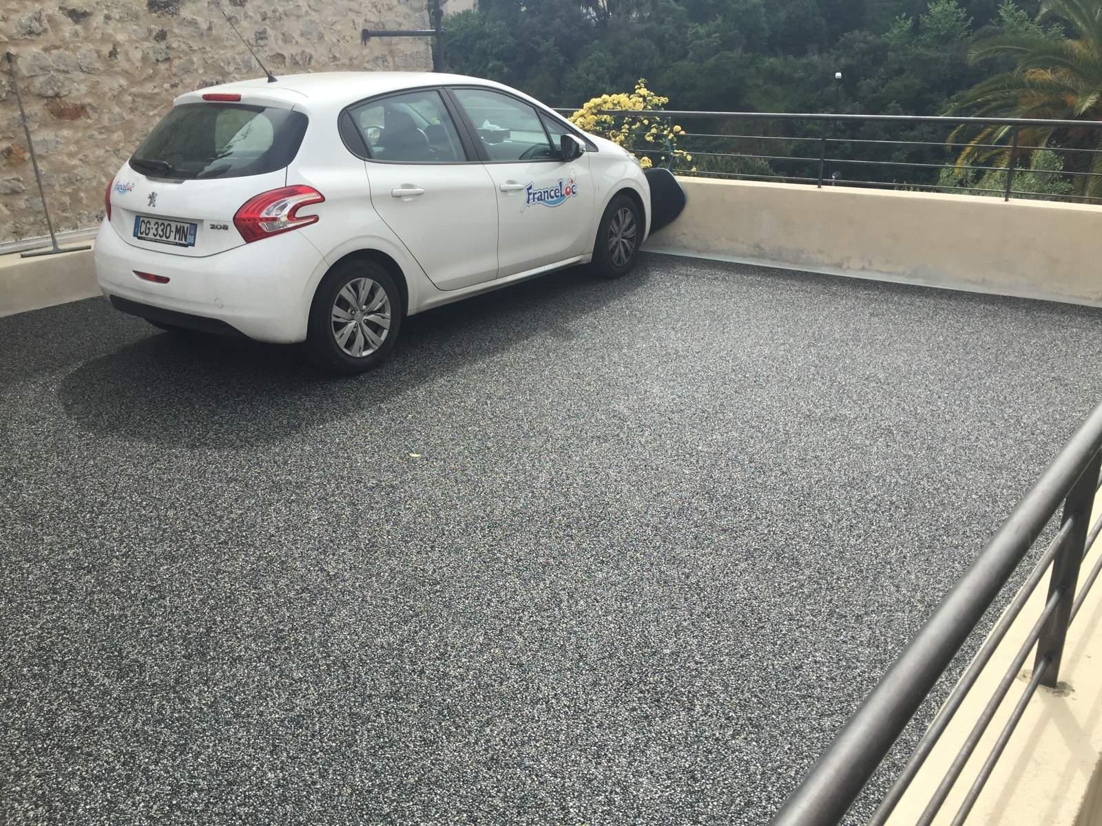 Sur cannes parking v hicule en agr gats de marbre et for Revetement de sol exterieur carrossable