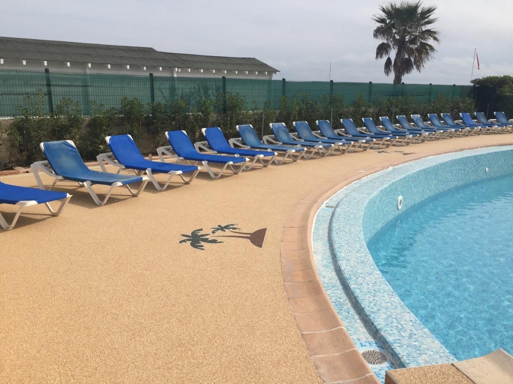 Sur villeneuve loubet magnifique sol de 500 m2 en piscine de copro hotel rev tement r sine for Piscine en resine