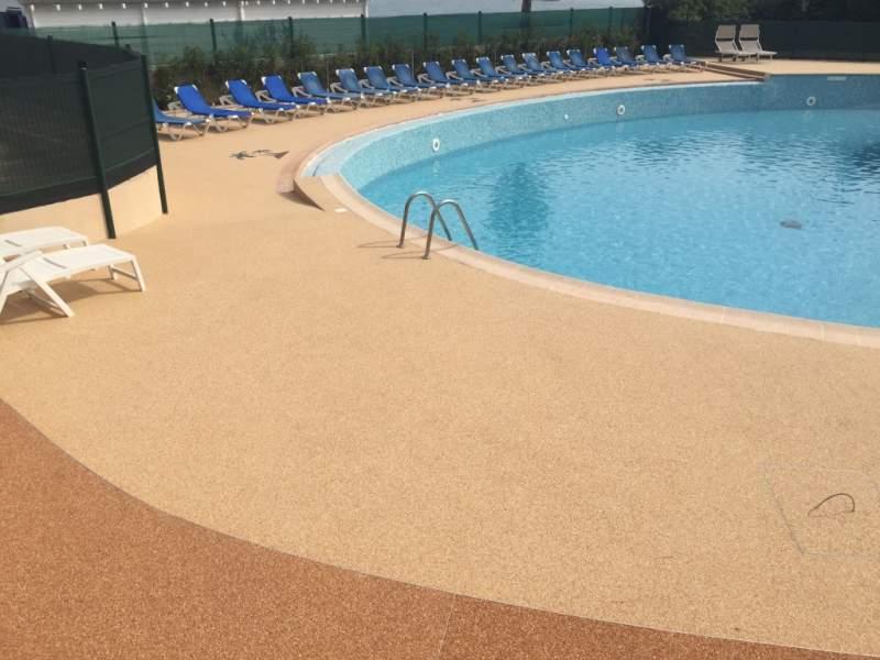 R alisation de plage de piscine en r sine marseille for Moquette de pierre piscine